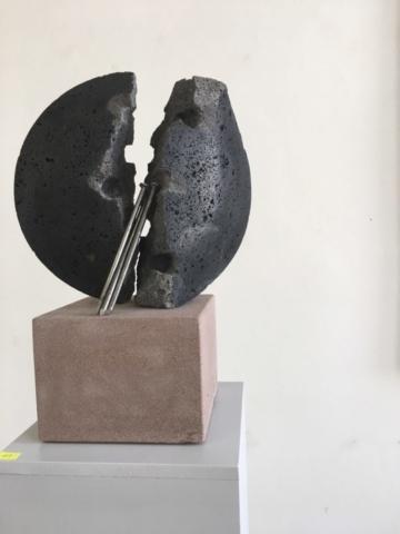 Fluchtpunkt V (01) | 2018 | Basaltlava - Stahl | 0,36 x 0,30 x 0,16 m |